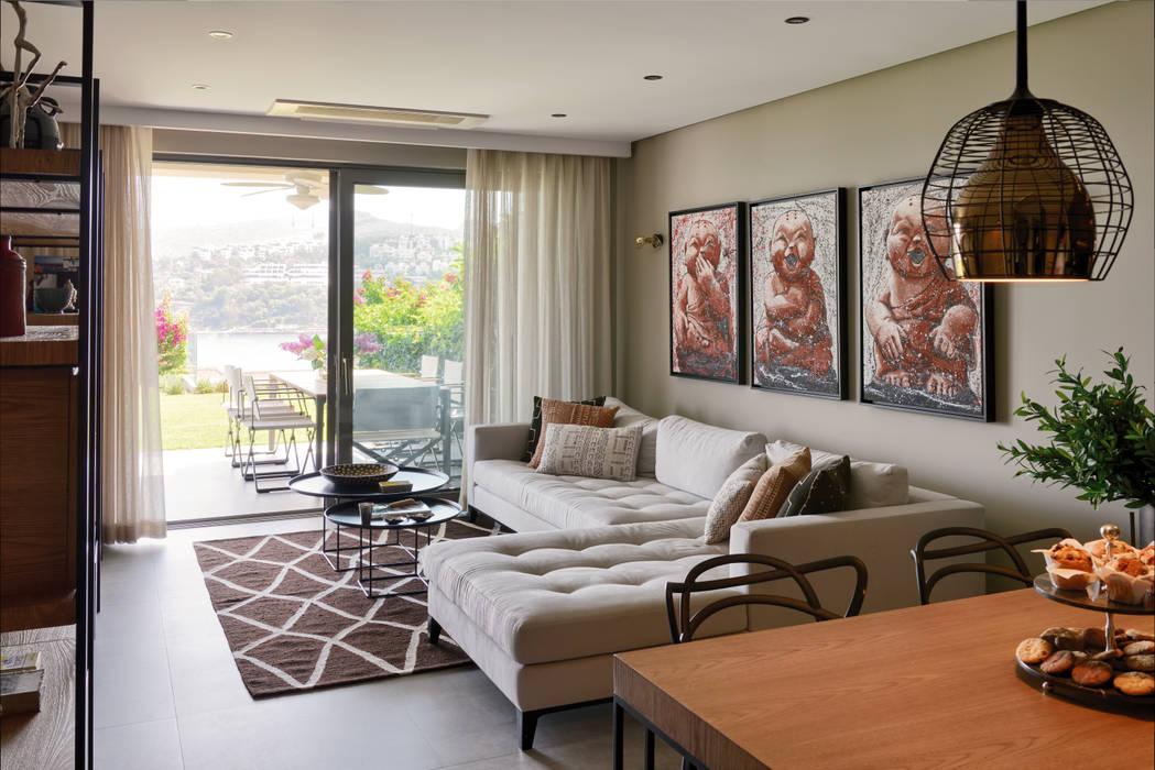 GUNDOGAN SUMMER HOUSE:  Living room by Esra Kazmirci Mimarlik