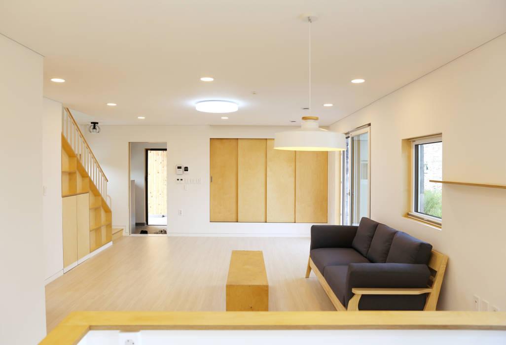 Modern Living Room by 위빌종합건설 Modern
