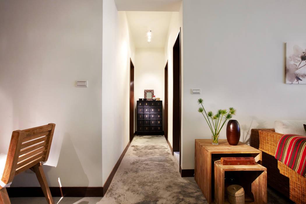 不可避免的過道透過燈光的修飾以及老件傢俱的搭配與水泥地坪的調和形成遠處的端景:  走廊 & 玄關 by 弘悅國際室內裝修有限公司