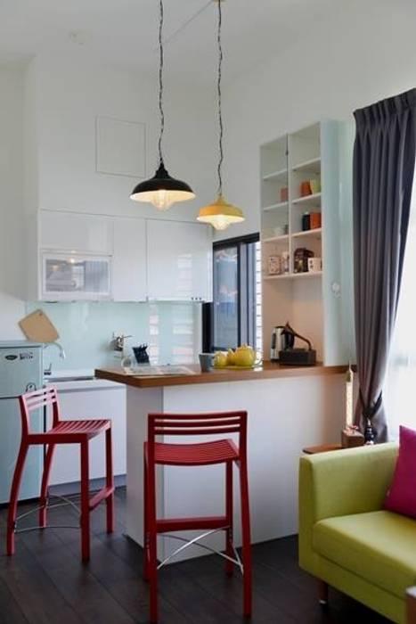 因為是小坪數的套房,設計師為了讓空間更寬敞有更多樣使用的可能,只以吧檯來區隔廚房與客廳。 Modern Kitchen by 大觀創境空間設計事務所 Modern