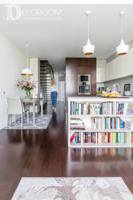 现代客厅設計點子、靈感 & 圖片 根據 Pracownia Architektury Wnętrz Decoroom 現代風