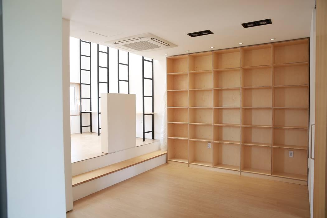Garajes y galpones de estilo moderno de AAPA건축사사무소 Moderno