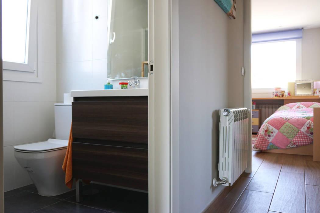 Baño y dormitorio en la Casa Cube 175 Baños de estilo moderno de Casas Cube Moderno