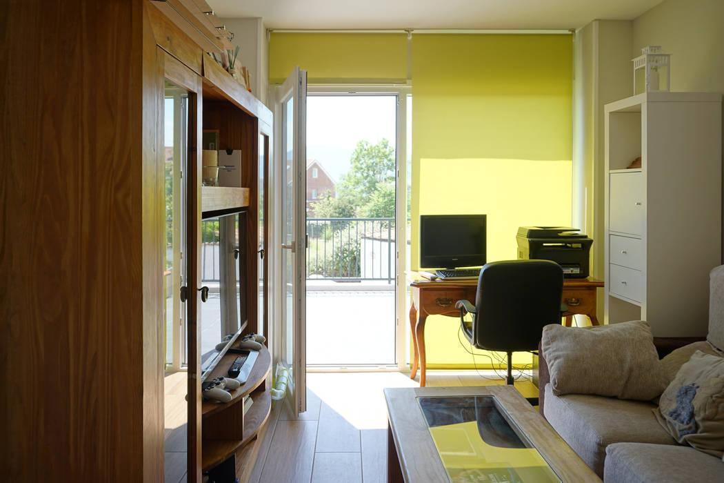 Sala de estar en la planta alta de la Casa Cube 175 Livings de estilo moderno de Casas Cube Moderno