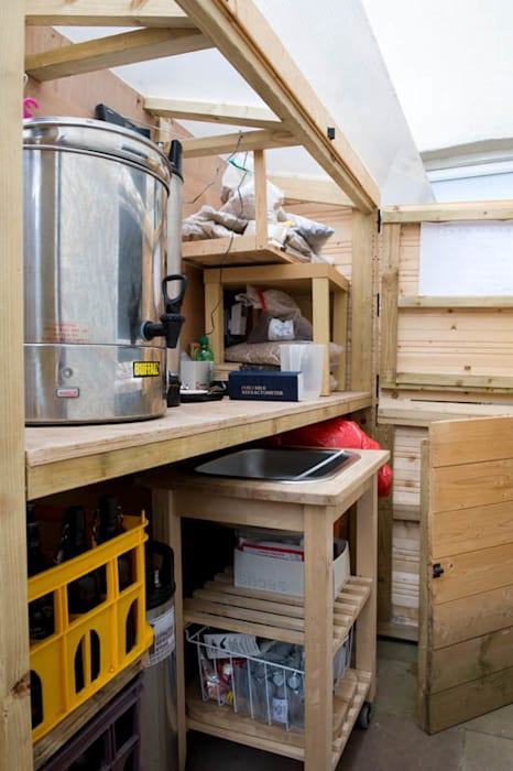 Homebrewery Cupboard in the garden: modern Wine cellar by Earth Designs