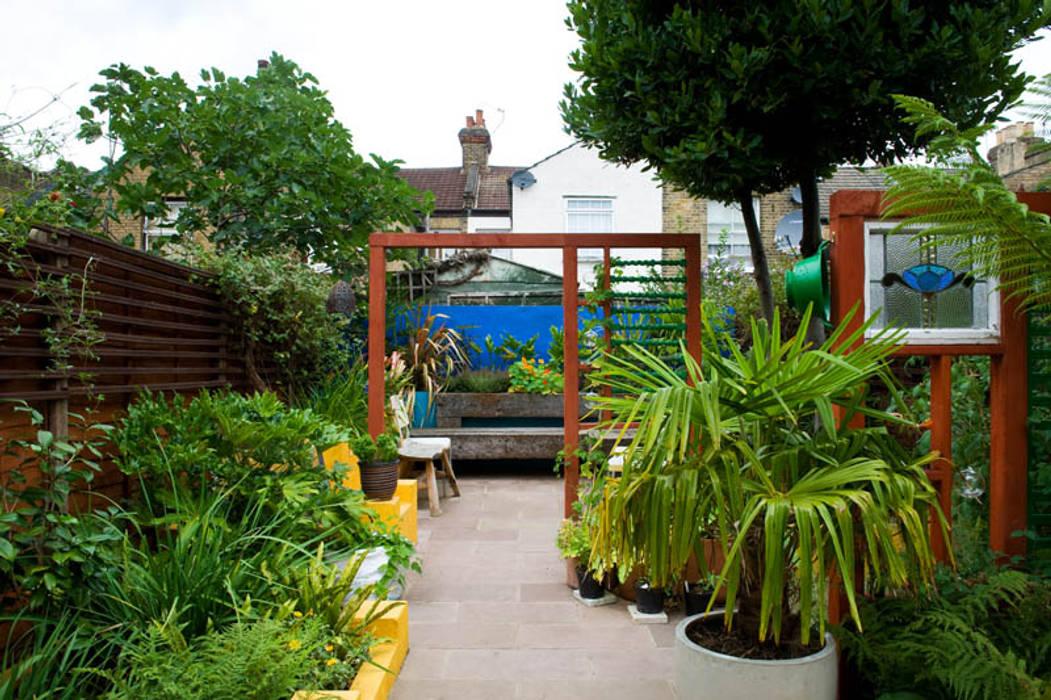 Screening in the garden: mediterranean Garden by Earth Designs