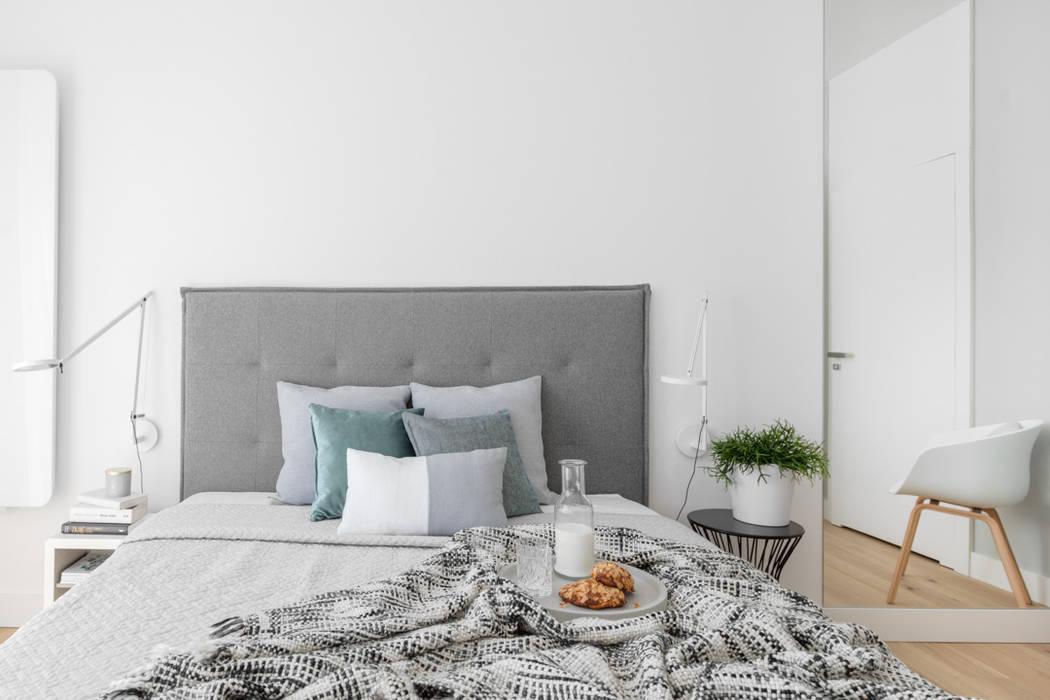 Our photoshoot of minimalistic apartment design by Design My Deer Minimalistyczna sypialnia od Ayuko Studio Minimalistyczny