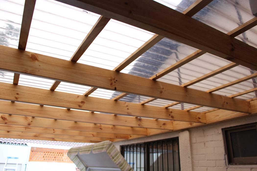 Cobertizo 2 La Florida: Terrazas  de estilo  por Constructora Acuña, Rústico Madera Acabado en madera