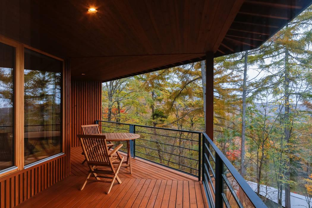 Balkon, Beranda & Teras Gaya Asia Oleh 一級建築士事務所 アトリエ カムイ Asia Parket Multicolored