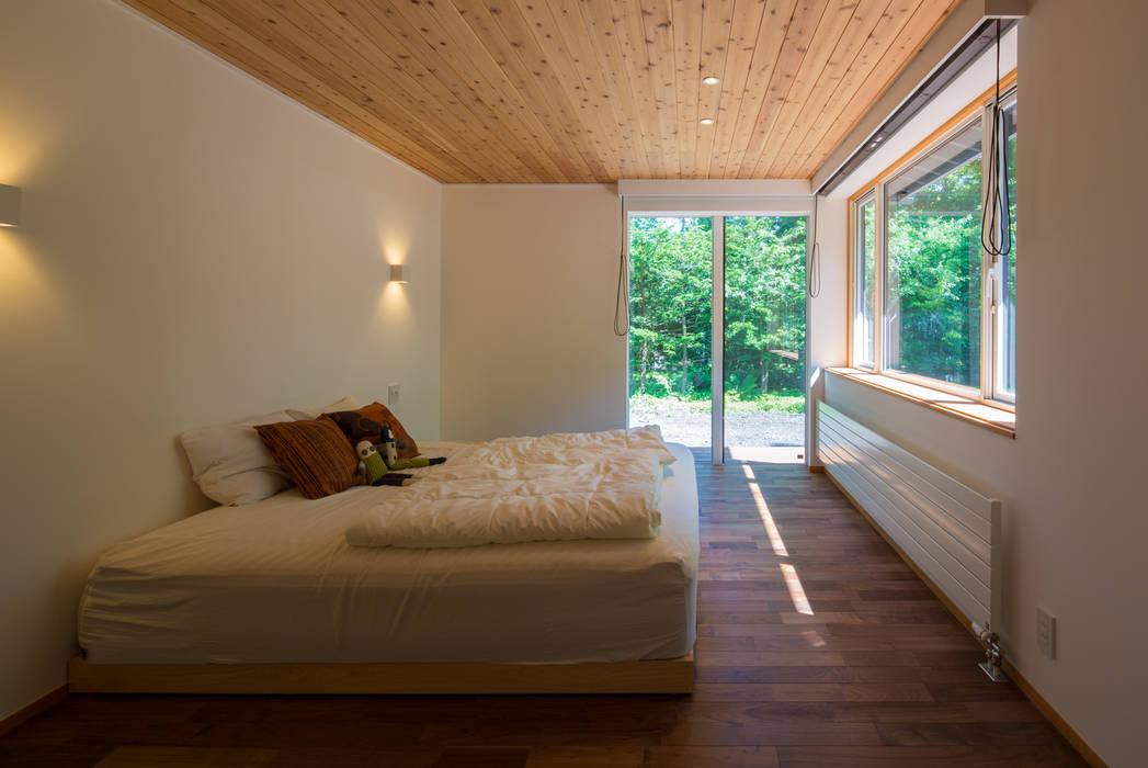 一級建築士事務所 アトリエ カムイ Modern Bedroom Solid Wood Wood effect