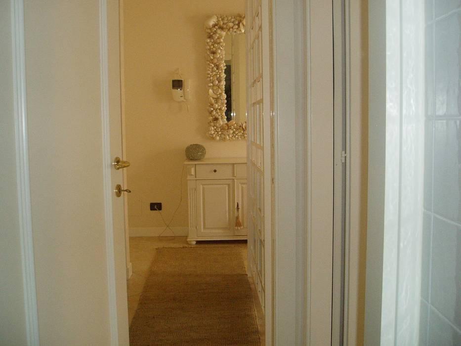 Credenza Per Corridoio : Ingresso con credenza bianca e specchio conchiglie: