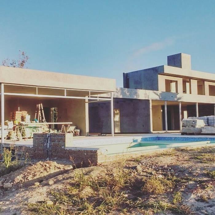Vivienda GS    fachada posterior: Piletas de estilo moderno por Arquitecto Nicolás Mora