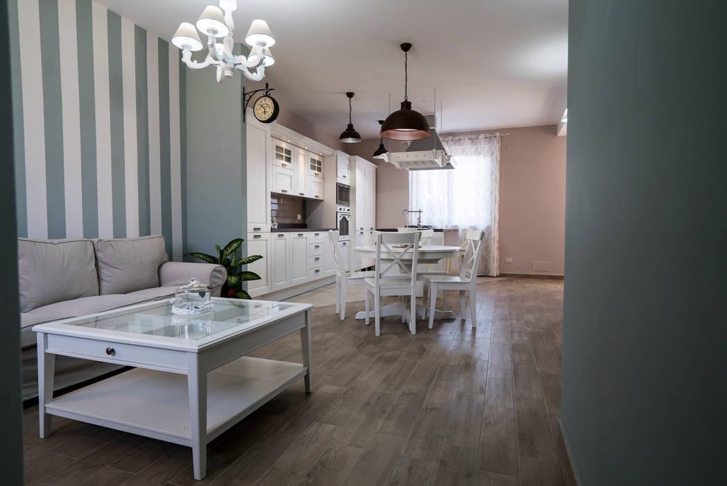 Appartamento stile shabby chic rustico: soggiorno in stile in stile ...