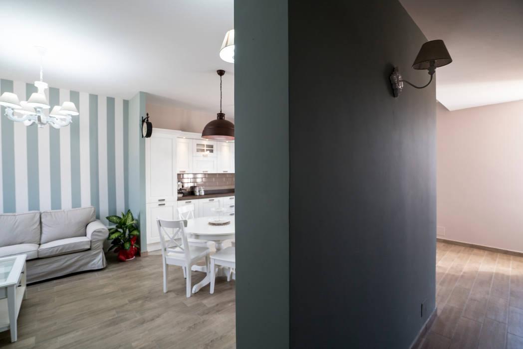 Appartamento stile shabby chic rustico: ingresso & corridoio in ...