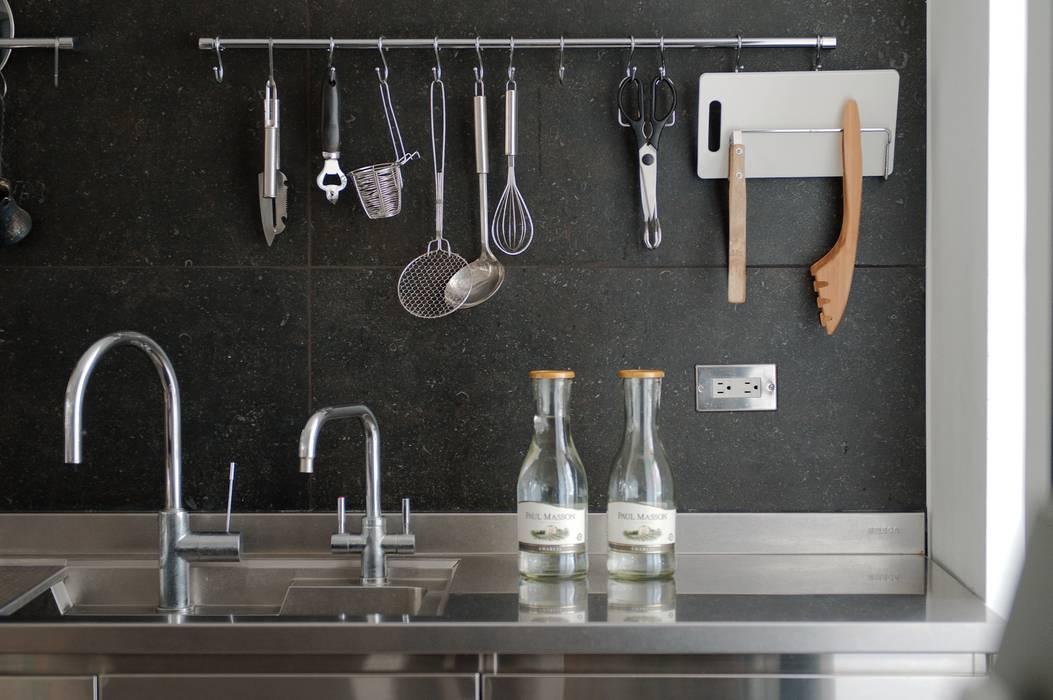 Cocinas de estilo escandinavo de 直方設計有限公司 Escandinavo Metal