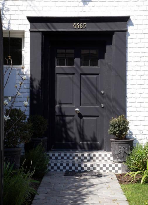 Puerta de Entrada: Puertas de entrada de estilo  por RENOarq