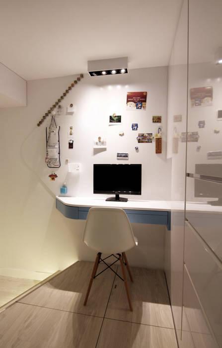 18 Renovation - 沙田穗禾苑 Modern style bedroom by Corner-S Architectural Design (Australia) Modern