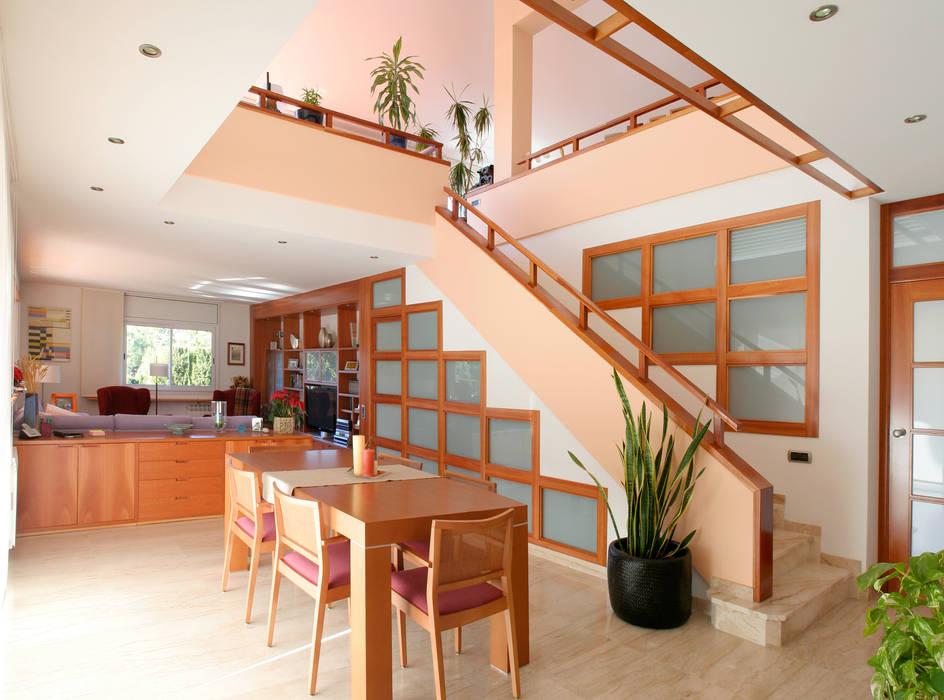 Modern dining room by ESTUDI D'ARQUITECTURA JJ BERNABEU Modern
