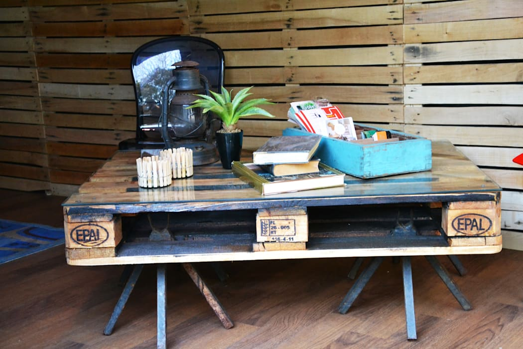 Shipping pallet with glass top for a coffee table: industrial  by Acton Gardens, Industrial Wood Wood effect