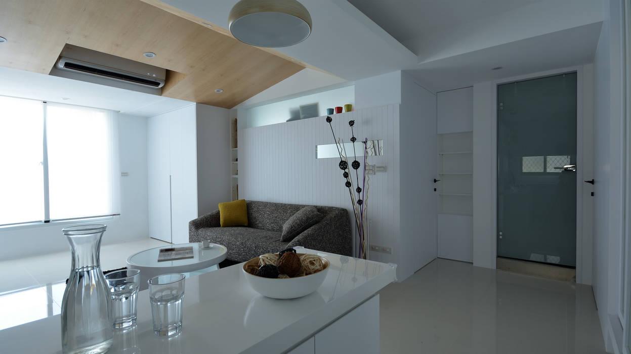 收納多樂活心體驗:  客廳 by 瓦悅設計有限公司