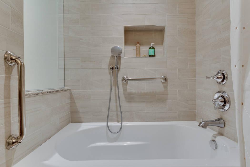 Baños de estilo minimalista de BOWA - Design Build Experts Minimalista