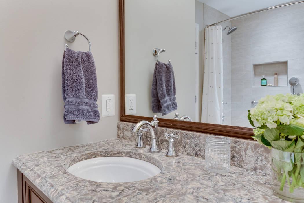 Banheiros minimalistas por BOWA - Design Build Experts Minimalista