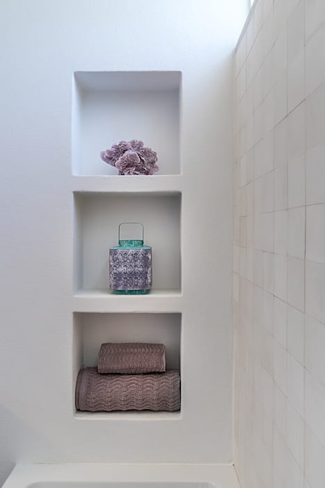 Casa de banho do Quarto suite | Detalhe dos nichos: Casas de banho  por The Interiors Online
