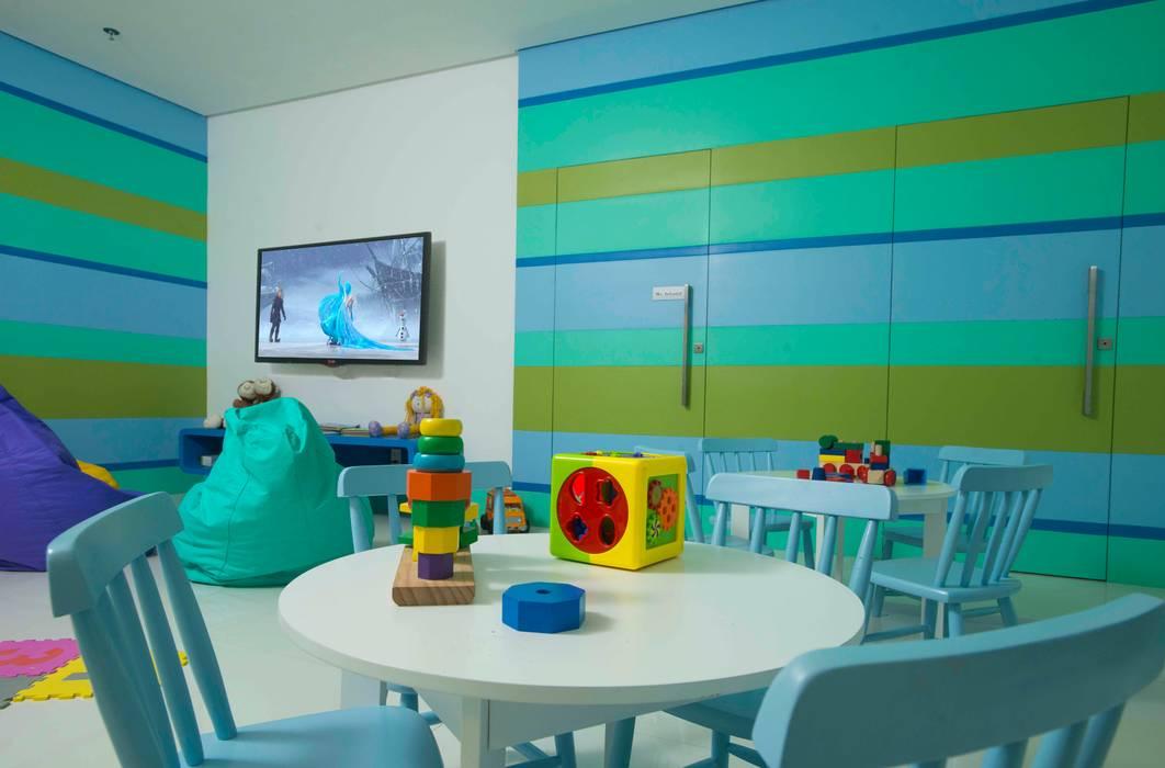 Nursery/kid's room by OIKE Arquitetos,