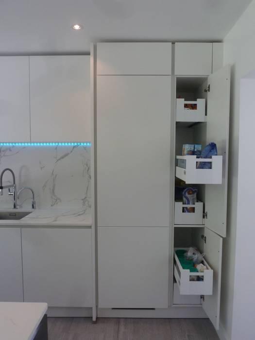 White matt lacquer and textured Lava grey stone effect with Dekton Aura worktops Modern kitchen by Zara Kitchen Design Modern