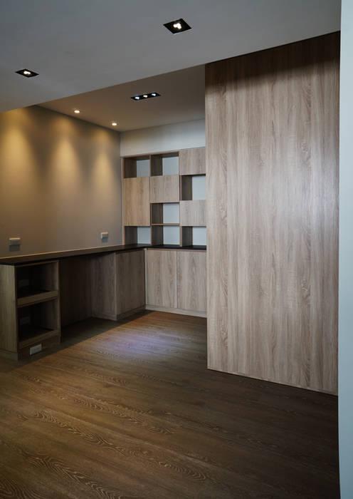 Salle à manger moderne par ISQ 質の木系統家具 Moderne