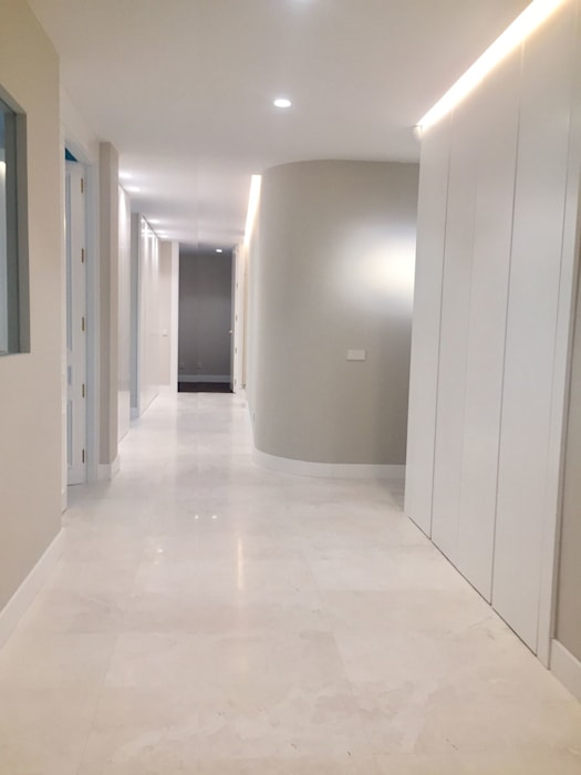 Modern Corridor, Hallway and Staircase by DISIGHT Modern