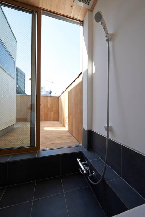 Baños de estilo moderno de (有)菰田建築設計事務所 Moderno