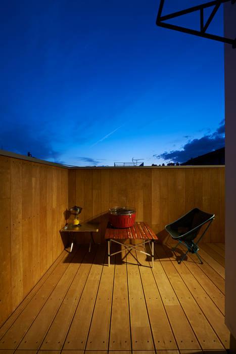 三軒茶屋の家 -都市でも気持ちよく住まう家- モダンデザインの テラス の (有)菰田建築設計事務所 モダン