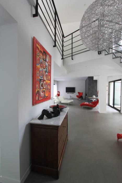 Entrée, : Couloir, entrée, escaliers de style  par h(O)me attitudes by Sylvie Grimal
