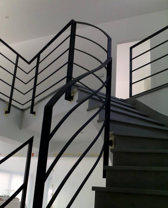 Escalier grès couleur béton : Couloir, entrée, escaliers de style  par h(O)me attitudes by Sylvie Grimal