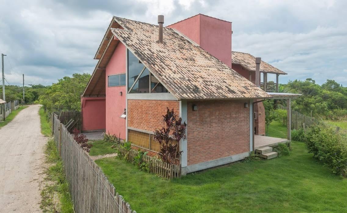 Fachada frontal A+R arquitetura Casas familiares Tijolo Vermelho