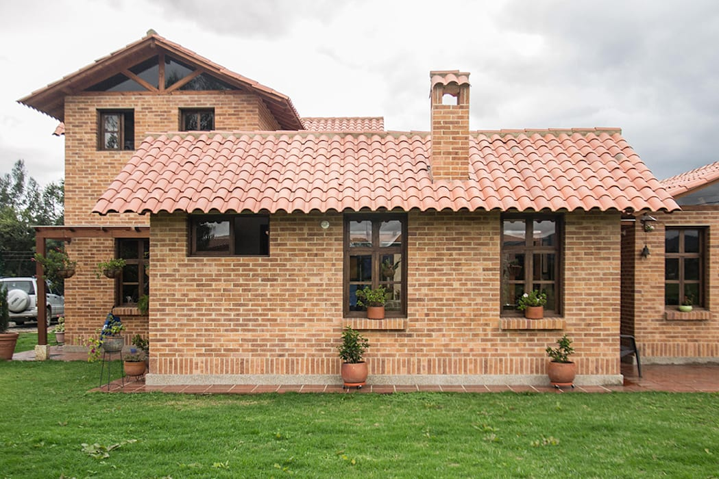 Rumah Gaya Country Oleh ENSAMBLE de Arquitectura Integral Country Batu Bata