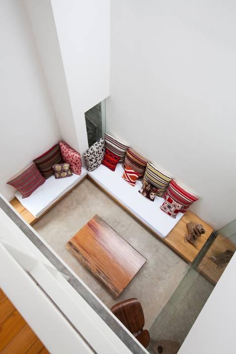 a21studĩo Modern corridor, hallway & stairs
