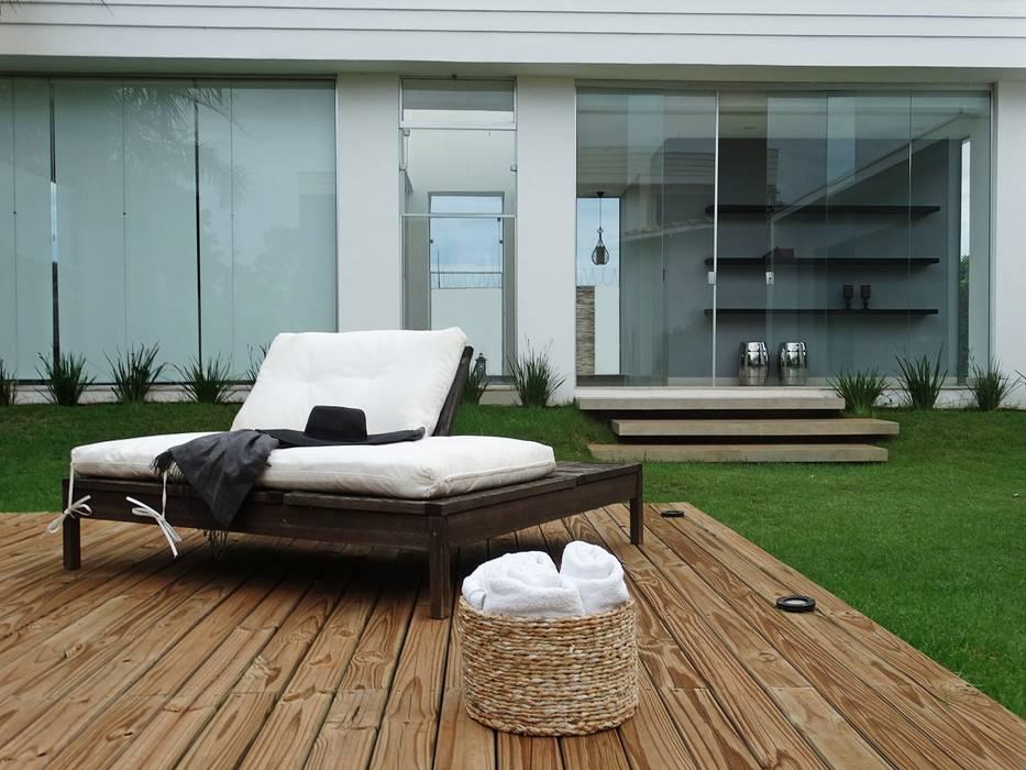 Spa Residencial...deck da piscina e vista da entrada principal para o interior do Spa. por Fabiana Nishimura Arquitetura Moderno