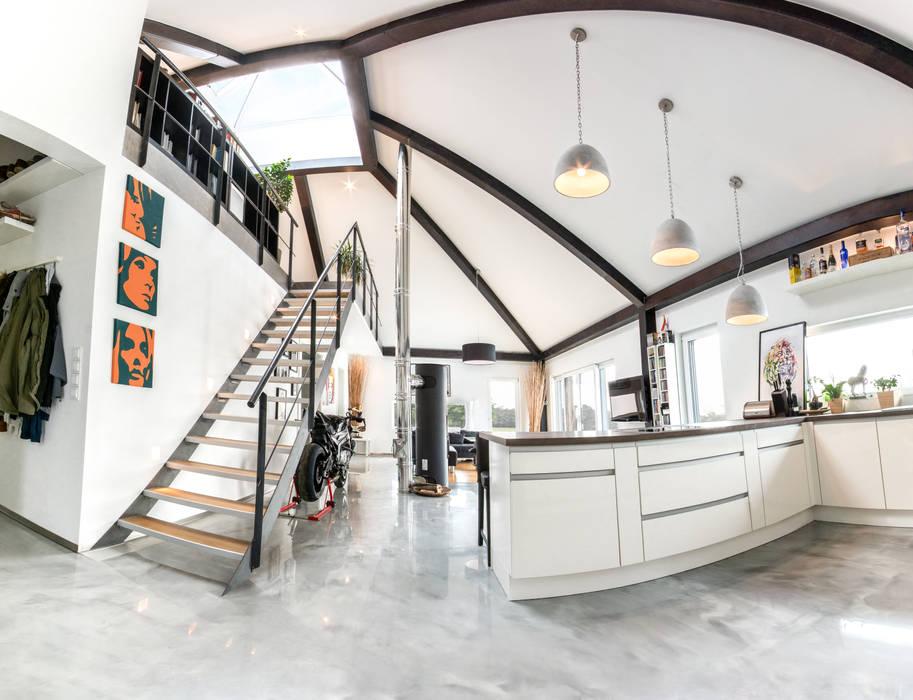 Panorama: küche – wohnzimmer – galerie: flur & diele von k-mäleon ...