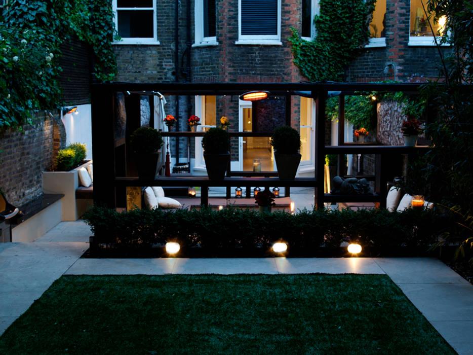 Pergola by night:  Garden by Earth Designs