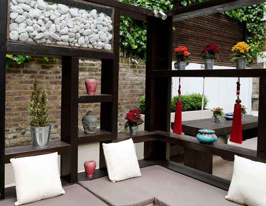 Filled alcoves in the pergola:  Garden by Earth Designs