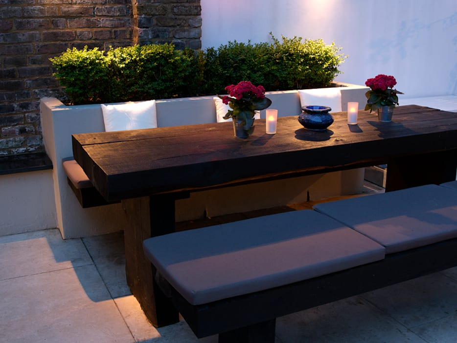 Dining area at night: modern Garden by Earth Designs