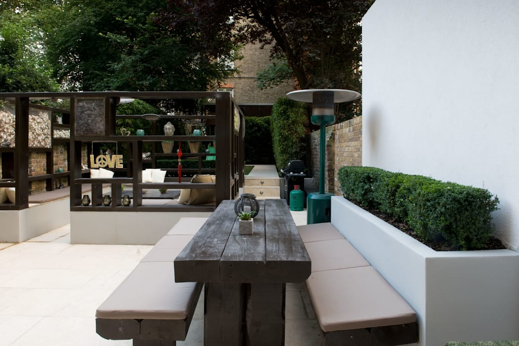 Railway Sleeper dining area:  Garden by Earth Designs