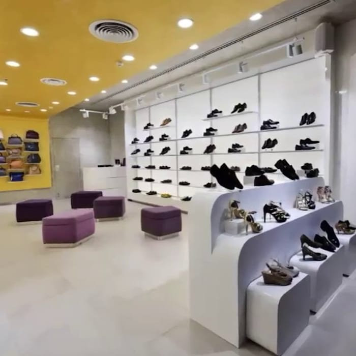 TRESMODE SHOWROOM:  Walls & flooring by STELLE DESIGN PVT LTD