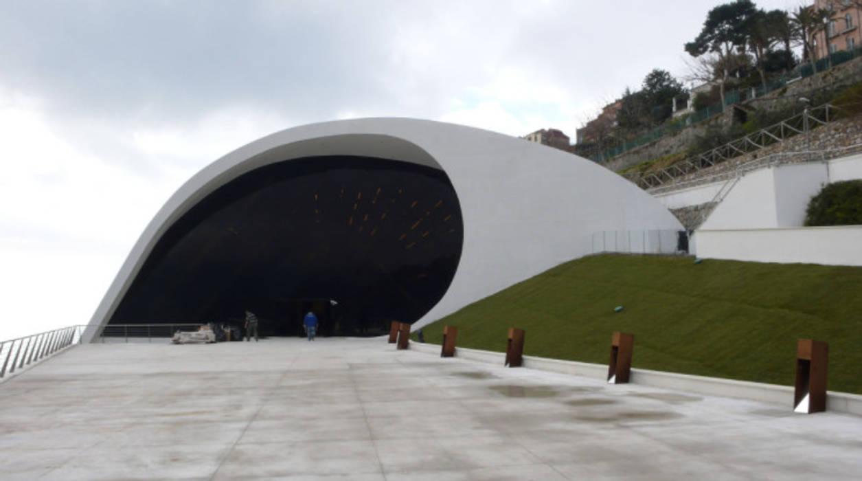 Pavimento NUVOLATO - Auditorium Oscar Niemeyer Salones de eventos de estilo moderno de Fermox Solutions Moderno Hormigón