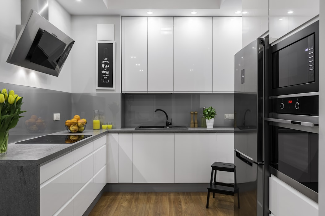 Modern white and grey kitchen:  Built-in kitchens by homify demonstration profile