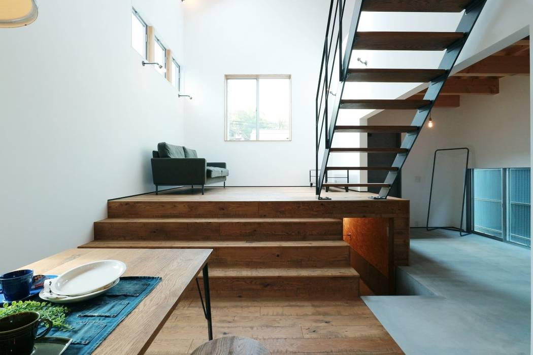 ほどよく自然体でかっこよく暮す家「BROOKLYN HOUSE」: オレンジハウスが手掛けた廊下 & 玄関です。,インダストリアル