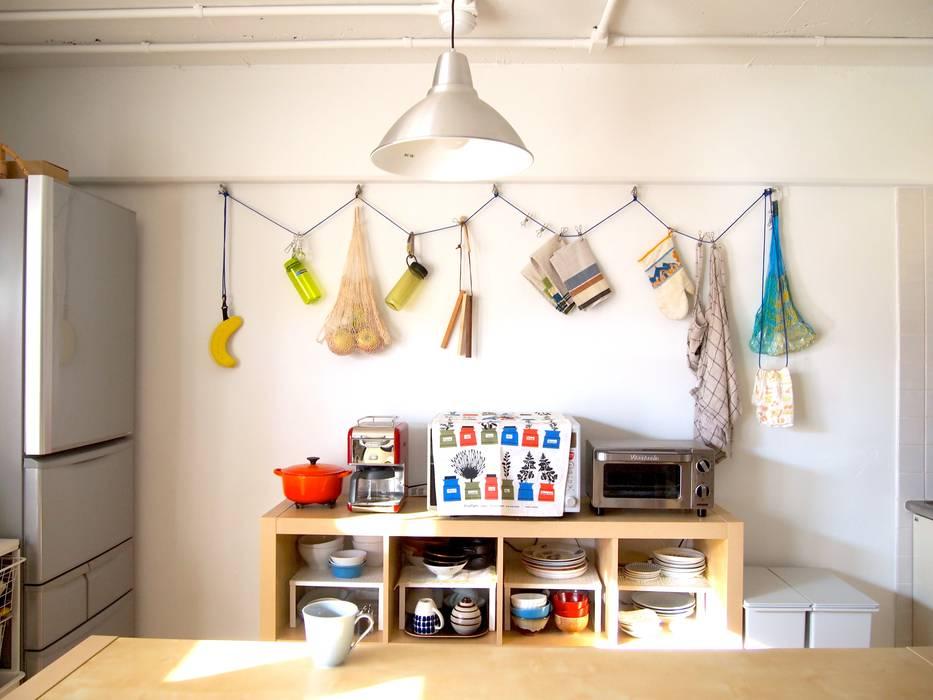 Grid House: ピークスタジオ一級建築士事務所が手掛けたキッチン収納です。,オリジナル