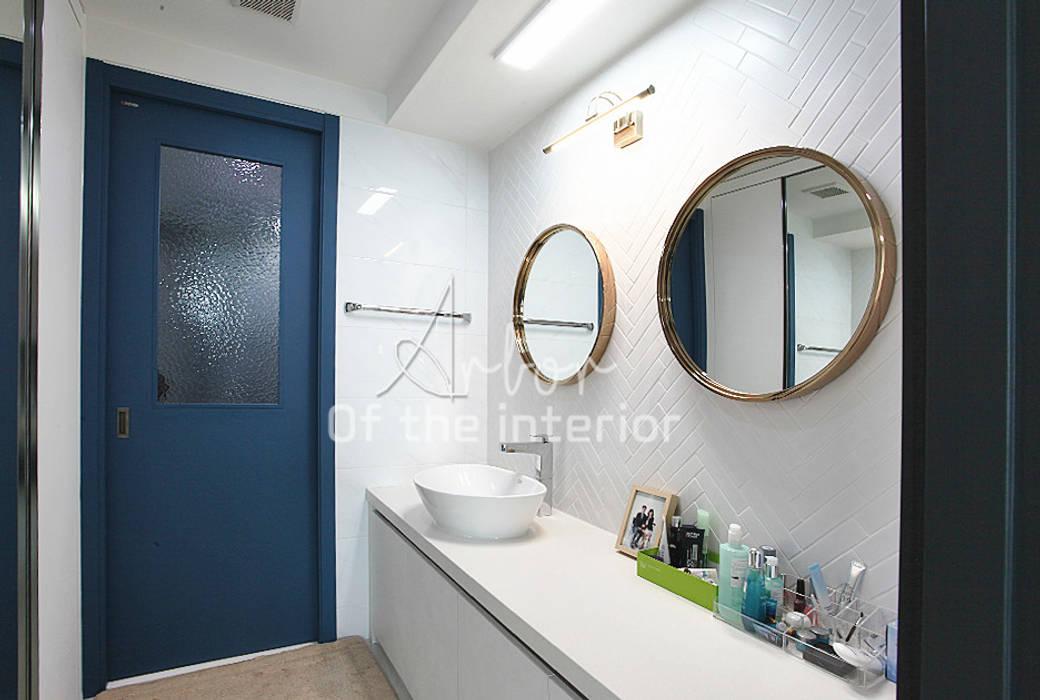 파란색으로 포인트주기. 40평대 아파트 실내 인테리어: 디자인 아버의  드레스 룸